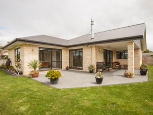 Executive Family Home In The Best Area - One Tree Point