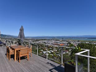 MUST SELL - LOCATION & MAGNIFICENT VIEWS' - Britannia Heights