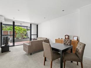 Chic Motto apartment with alfresco allure - Erskineville