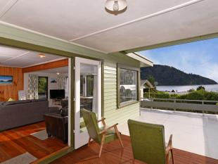 Iconic Kiwi Bach with Views in a Fishing Paradise - Okiwi Bay