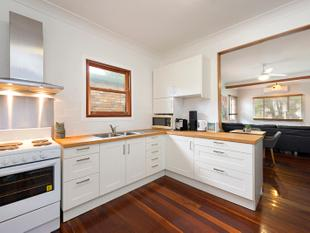 UPDATED COTTAGE WITH LARGE BACK DECK - Mount Gravatt East