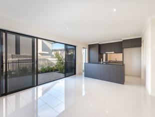 ULTRA MODERN AS NEW TOWNHOUSE - Hope Island