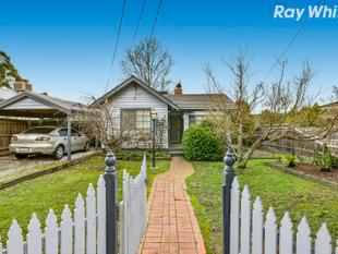 Wonderful Weatherboard Cottage with all the Trimmings - Bayswater