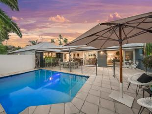 Renovated High Set Queenslander - 910m2 on two lots - Hamilton