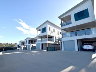 EXECUTIVE LIVING CENTRALLY LOCATED - South Gladstone