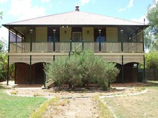 Queenslander Cottage with Majestic Street Appeal - Longreach
